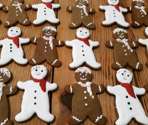 Homemade biscuits: Snowmen and gingerbread men 500